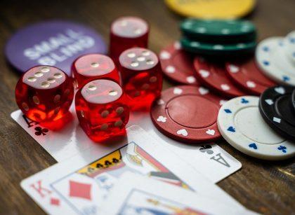 gambling 4178462 960 720 420x307 - Katsaus kuumimpaan kasinopokeripelisarjaan